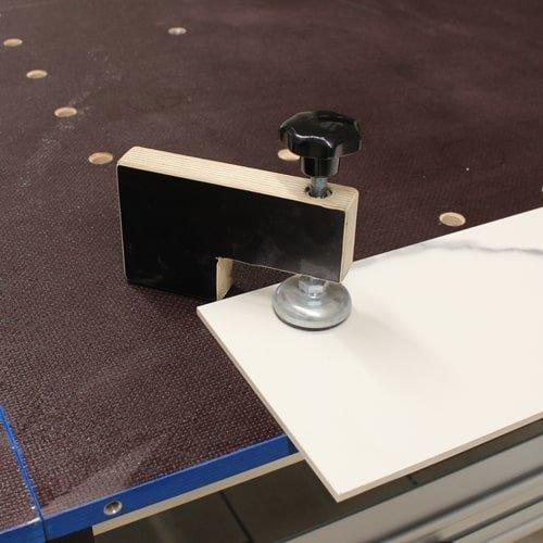 Feststellzwinge 25 x 9 cm zu Großformat Schneidtisch. Zum Fixieren von Schnittgut auf dem Schneidetisch. Jetzt bei KARL DAHM bestellen