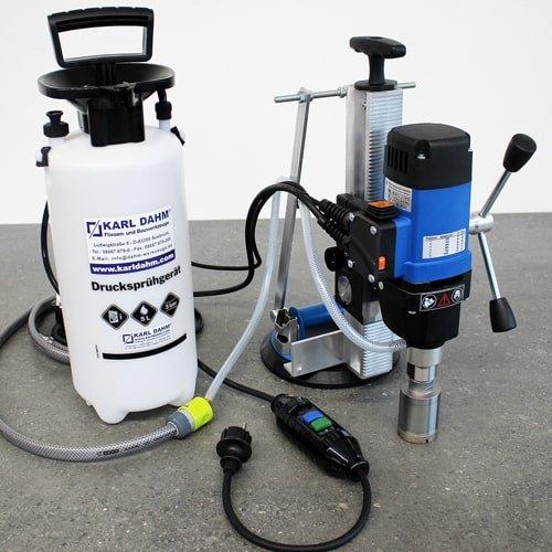 Bohrständer KDB-200 mit Pump-Saugheber für flexible Bohrungen in Großformatfliesen. Borhständer mit Pump-Saugheber, Wasserdruckbehälter und Personenschutzschalter kaufen bei KARL DAHM